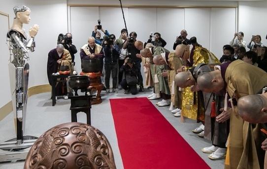 日本寺庙推出智能机器人:人脸面容能合掌能讲经