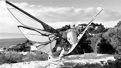 像蝴蝶一样扇动翅膀飞行的无人机