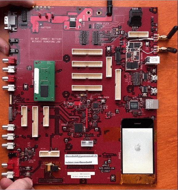 乔布斯打造!初代iPhone原型机曝光:是一块电脑主板,还能点亮