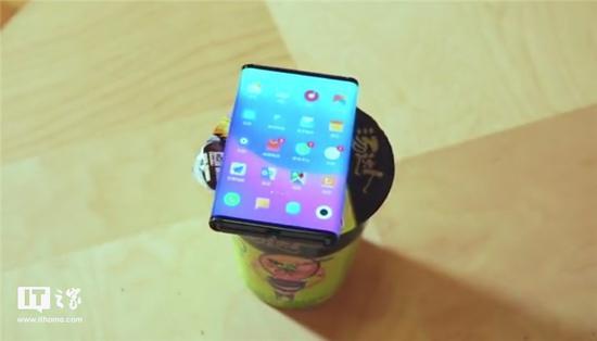 小米再次演示双折叠手机:大屏盖面更好吃