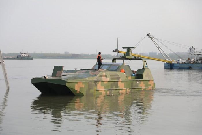 """我国首款水陆两栖无人快艇——武船造""""海蜥蜴""""交付使用"""