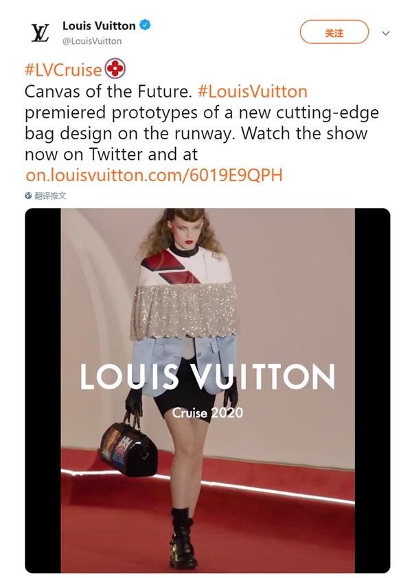 模特手提全球首款柔性屏手袋走秀:画面炫酷