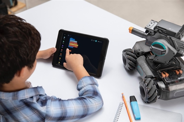 大疆发布机甲大师S1教育机器人:四轮全向移动、46个DIY编程组件