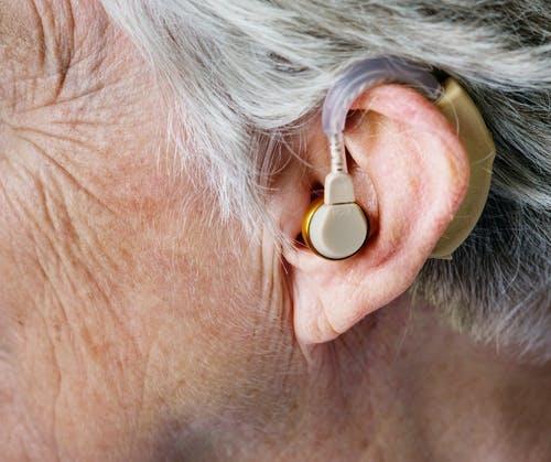 戴助听器治疗与年龄相关的听力问题的人的大脑功能更好