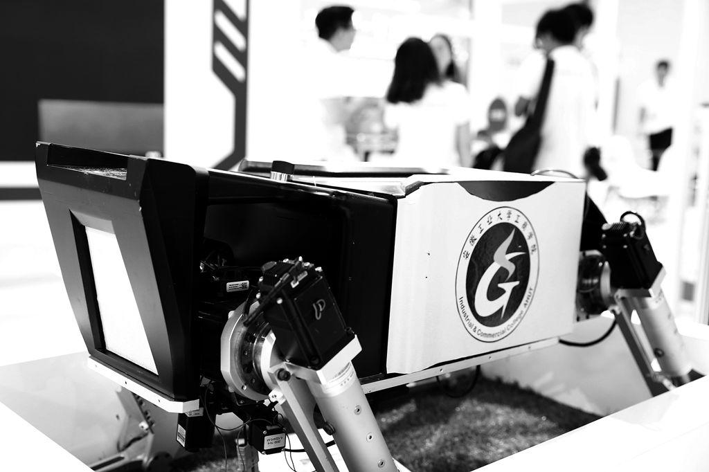 国内知名高新技术企业赛为智能研发生产的SIWILL四足激光除草机器人日前亮相京城展示