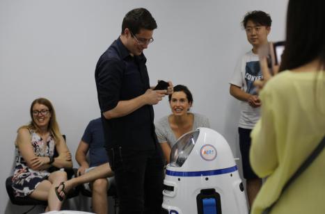 小胖机器人知名海外,引国际友人参访