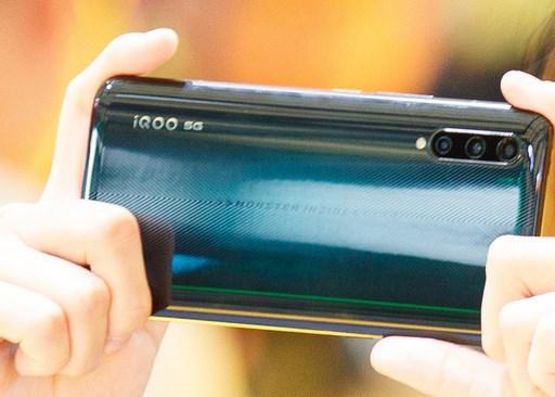 iQOO Pro(5G)手机在ChinaJoy曝光:墨绿配色