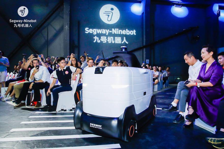 """落地配送""""最后一公里"""",九号机器人推出AI机器人深挖智能服务场景应用"""