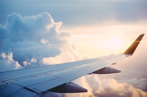 东航班机客舱内充电宝自燃 舱壁被熏黑