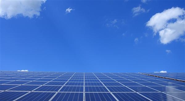 """科学家们发明了""""反向太阳能电池"""":可以从黑暗中产生电光源"""