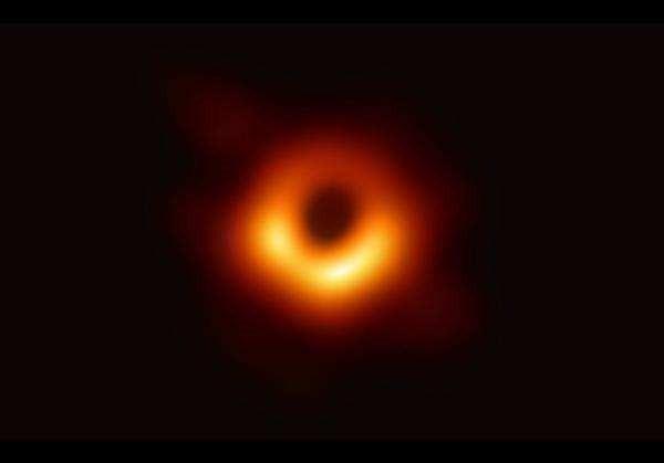NASA绘制黑洞图像:扭曲、壮美的世界