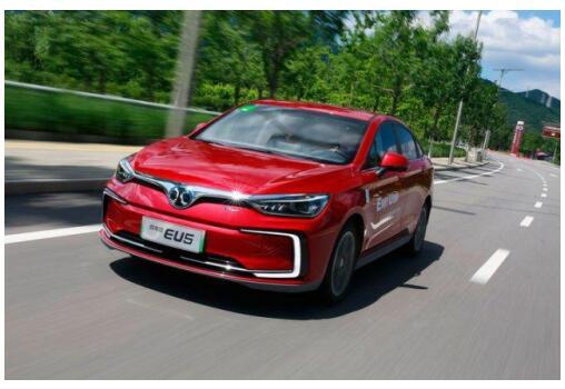 对比艾瑞泽e和北汽EU5,10-15万纯电家轿怎么选?