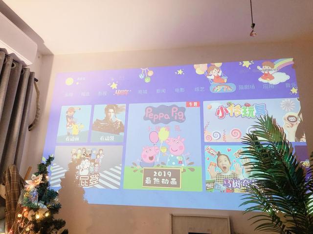 年轻人的客厅就是需要大屏才完整 长虹Q2投影仪满足你