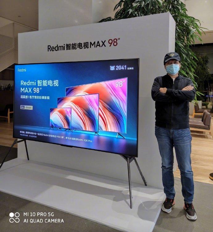 雷军晒Redmi智能电视MAX 98寸真机合影