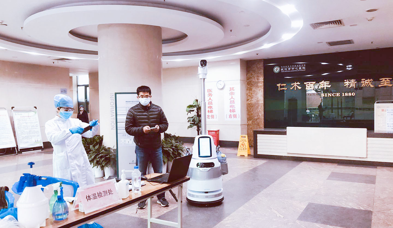 """武汉防控不松懈,防疫机器人助力战""""疫""""升级"""