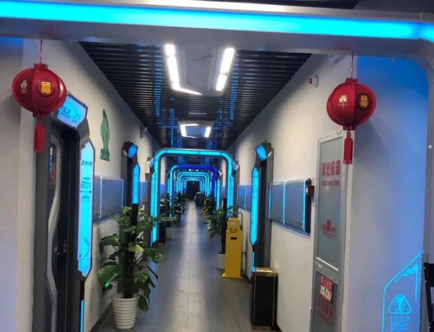 科技感十足,普渡机器人走进电竞酒店