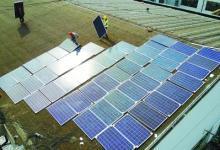 南京公交车站屋顶铺设光伏发电板