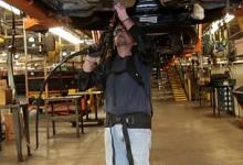 """减轻工作负担 福特工厂工人穿戴""""钢铁侠""""工作服"""