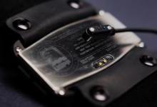 融合80年代磨砂风格与现代智能手表问世