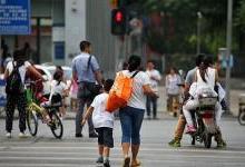 """奇招频出:""""中国式过马路""""该如何解决?"""