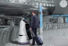 两个活宝机场机器人:能带路能扫地