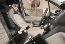 福特测试无人驾驶汽车 以灯光示意过往行人