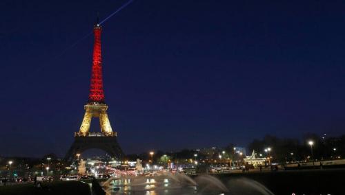 法国巴黎埃菲尔铁塔亮起比利时国旗色灯光