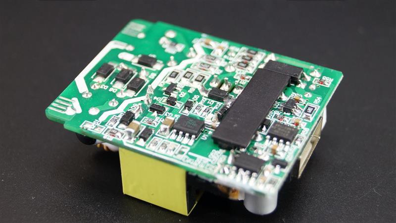 通过拆解让我们看到了魅族UP0830充电器的内部做工,内部的主控芯片均采用了一线大厂元器件,确保了性能的稳定性。   通过对芯片公开的技术文档分析得出,这款充电器内置了两颗快充识别芯片,同时支持QC3.0和MTK PEP2.0双快充协议,是目前在售的首款支持QC3.0的双快充充电器。   输出部分搭配了两颗固态电容,确保长期工作中不爆浆,提升产品使用的稳定性。   元器件的SMT贴片没有毛刺、堆锡,看起来布局很工整。