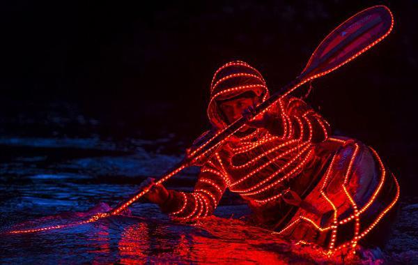 炫酷!美皮划艇爱好者浑身挂满LED灯激流勇进