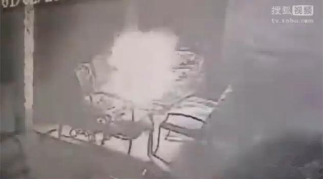 监拍美国小伙戴尔电脑充电时4连爆 小型蘑菇云触目惊心