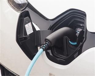 截至4月全国公共和私人充电桩保有量累计95.3万台