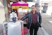 濮阳农民造出会摆臂拉车机器人