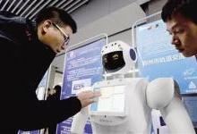 """机器人""""晶晶""""亮相紫荆山地铁 站"""