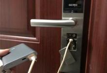 尴尬:智能门锁没电无法开锁,充电宝上线临时救急