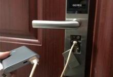 智能门锁没电无法开锁 充电宝临时救急