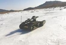 军用排爆机器人亮相:代替人类执行任务