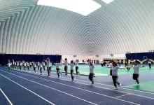 这所学校索性将跑道搬进了气膜体育馆