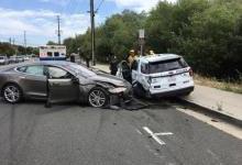 特斯拉自动驾驶又闯祸:撞上路边警车