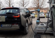 德国机器人手臂可自动为汽车充电