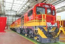 大连机车车辆研制的窄轨内燃机车45D型机车抵达南非德班