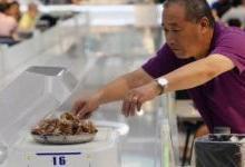 中国餐馆正逐渐用机器人来取代服务人员