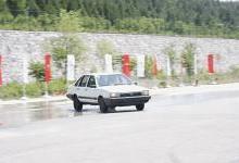 汽车高速行驶时前轮爆胎和后轮爆胎哪个更危险?