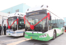 两辆氢燃料电池公交车驶上上海街头