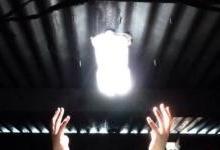 不通电情况下,一瓶水怎变成一盏灯?