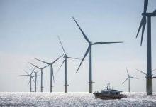 中节能阳江南鹏岛300兆瓦海上风电项目吊装首台风机